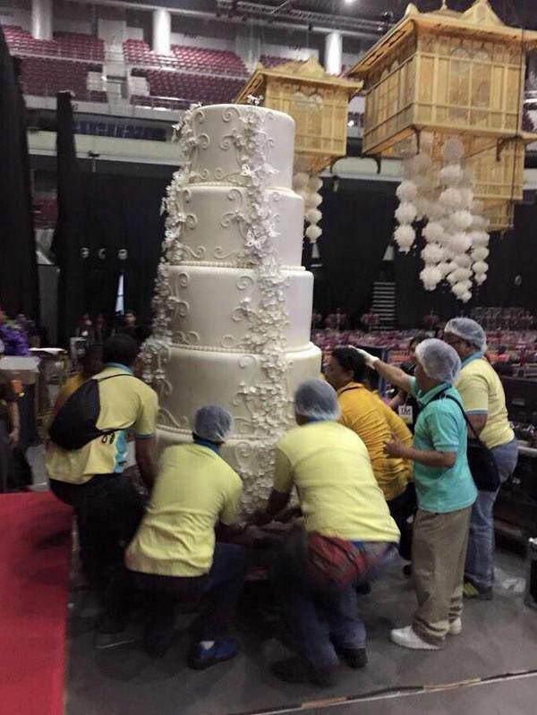 這是全世界最巨大的蛋糕嗎?光看我就幸福到膩了...