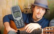 這個人用兩台舊手機彈出 Jason Mraz 的知名歌曲「I′m Yours」。