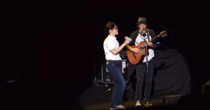 巨星傑森瑪耶茲在演唱會隨便找來一名觀眾,沒想到那名觀眾居然能跟他完美合唱!
