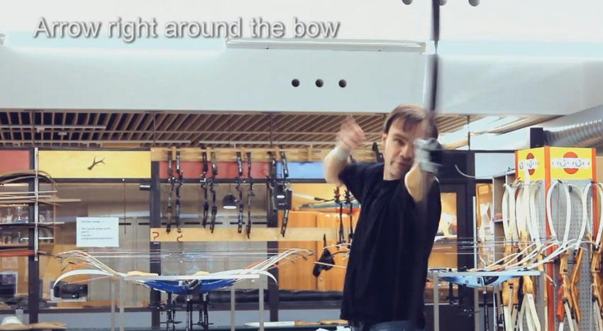 這名男子找到了古書裡的射弓箭秘訣。現在他已經比羅賓漢都還要厲害了。