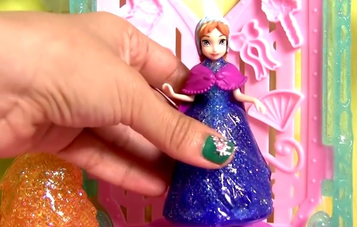 你不會相信Youtube上賺最多錢的人居然是這個專門「拆迪士尼玩具」的女人!