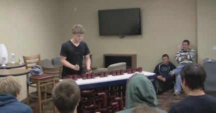 這個男生彈奏一個最奇怪的樂器,讓在場的所有人大吃驚。