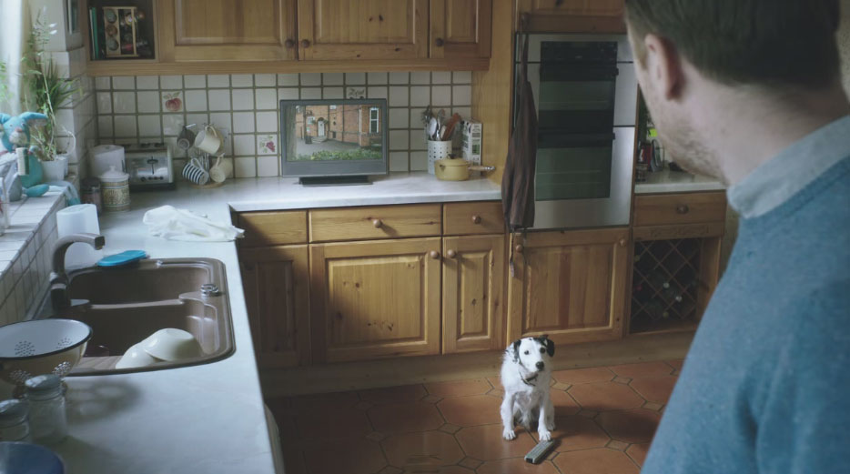 他聽到門口有狗叫聲就起身去開門,結果卻同時聽到了廚房的電視打開了...
