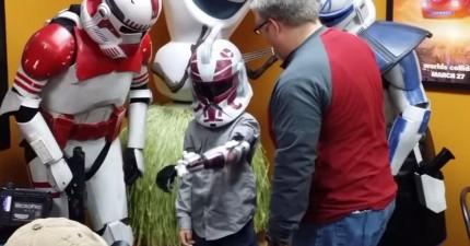 這個小男孩看完電影走出來的時候,居然收到了改變他一生的「科技」驚喜。