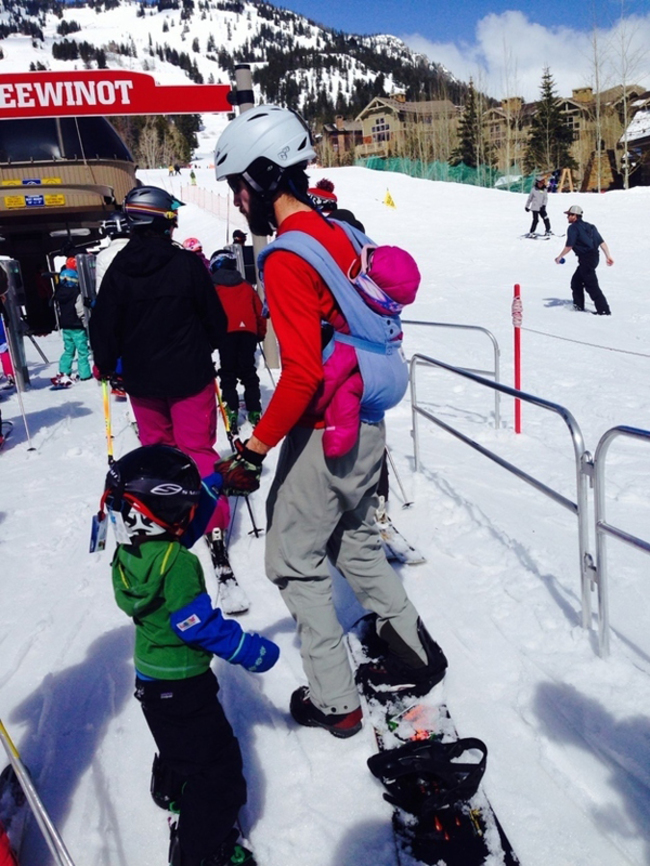 滑雪的時候不要背著孩子
