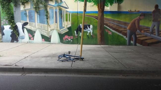 24. 這男人的腳踏車,已經被偷得只剩下一個骨架而已啊...