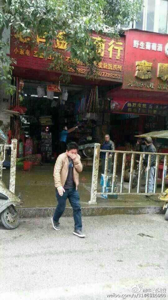 在中國人來人往的路邊,一個史上最不應該爆炸的車子爆炸了...