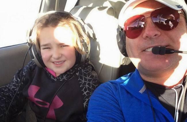 Sailor是跟她爸爸、媽媽、和兩位兄弟姊妹一同飛行,飛機最後不幸地在肯德基州庫塔瓦的森林摔落。一家人都不幸罹難,只剩下倖存的小Sailor。