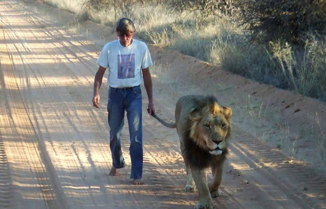 上,Zion相當敏感,所以Frikkie 也會脫鞋陪他散步,才不會讓穿鞋的腳步聲吵到他。