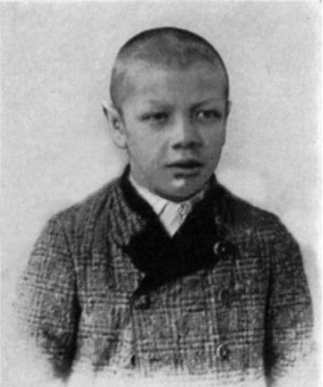 Rainer was  born in Graz, Austria, in 1899. He was a normal, healthy child by all accounts. Despite being born to parents of normal height, by the time that World War I broke out, Rainer stood at just 4 feet, 6 inches. Recruiters told him he was too short and weak to join the army.