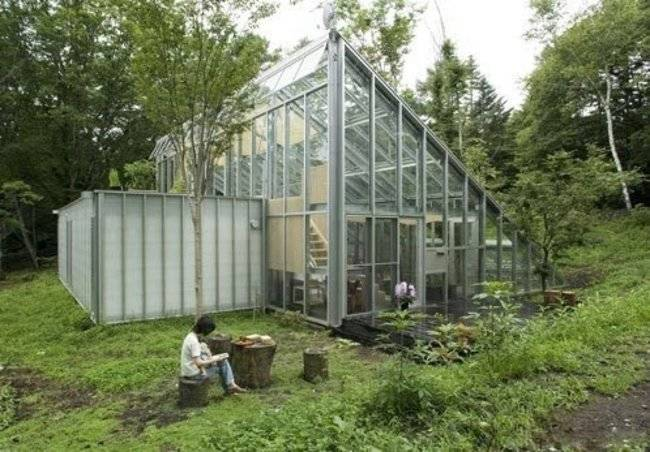 <p>Inside, though, is a fully-functional home for humans. The glass walls let in lots of light, and, as a greenhouse operates, helps regulate temperature inside. </p>