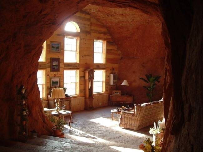<p>Besides looking amazing, the stone keeps the house cool, even in the desert heat. The house is also completely solar powered, so there's no electric bill. And the desert has plenty of sun, so the house is completely modern with all kinds of electrical appliances. </p>