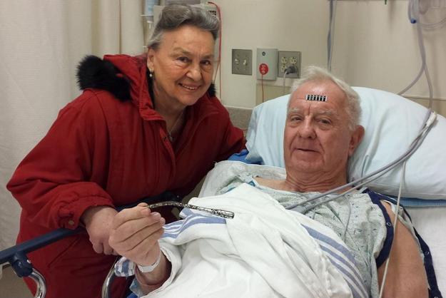 醫生透過X光片發現一條細長如鉛筆般的異物,但由於他並沒感到不適,也就沒再做進一步的檢查。這麼多年來他也不覺得疼痛,直到他幾個星期前為了翻新公寓,搬動水泥時,亞瑟這隻手臂總是感到疼痛並愈來愈腫脹.