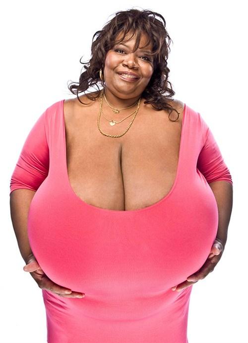 「全宇宙最巨大的胸部」誕生!這名豔星號稱有重達18公斤重的32Z巨胸!