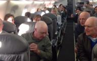 因為飛機誤點,這4個老人家決定給飛機上所有乘客一個最棒的精采表演。