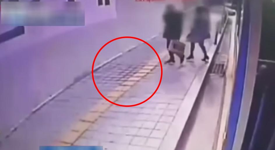 眼睛別離開!因為下一秒...這個恐怖的人行道就要把行人給吃了!