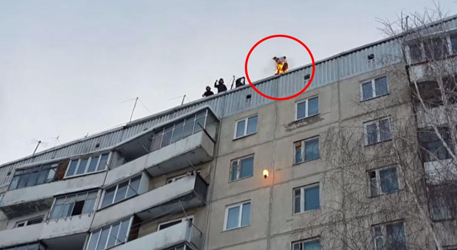 這個俄羅斯男生讓自己著火,然後從一棟9層樓的大樓跳到雪裡面。