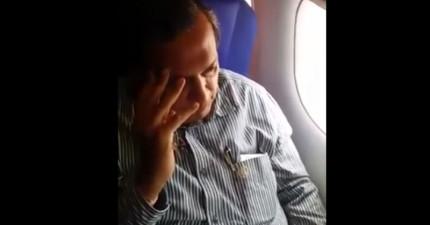 在被色狼二次偷摸後,這名女性在整架飛機乘客面前給了色狼永遠的教訓!