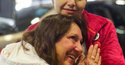 這位媽媽將耳朵貼近女孩聽著心跳聲,因為那樣她才能再次聽到她死去的兒子。