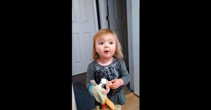 剛開始看這個2歲小女生唱歌就已經超可愛了,到00:15我真的快被擊垮了!
