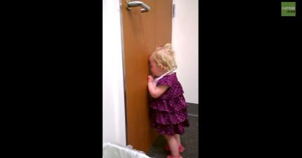 這個小女生得知妹妹剛出生的時候,生氣到整個失去理智進入抓狂狀態。