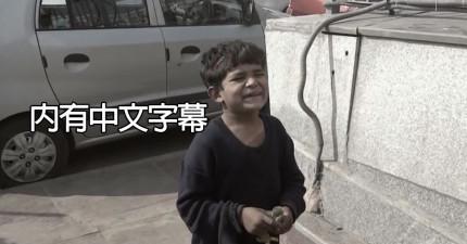 這是他第一次吃麥當勞。當問他為何不去上課在街上賣筆時,他重複說出的話可能會讓你承受不住!