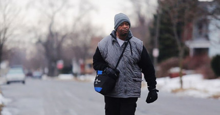 這名男人10年來每天風雨無阻來回步行8小時去工作,結果陌生人為他做的事情太感人了!