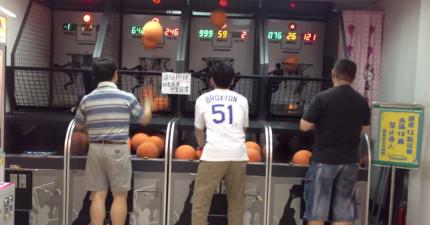 左邊這個男子打籃球機的樣子讓網友說根本就比麥克喬丹還厲害!