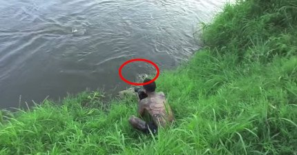這名攝影師以為鱷魚都離他很遠,但沒想到他正旁邊有一隻埋伏的鱷魚下一秒就向他咬過去!