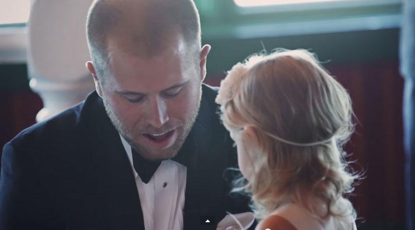 這個新郎在婚禮上轉過身去,居然開始對新娘的女兒說誓詞!