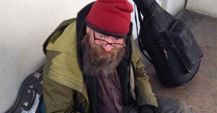 他看到了一名露宿街頭的流浪漢每天都在念同一本書,結果他做了一個簡單的舉動改變了流浪漢的一生。