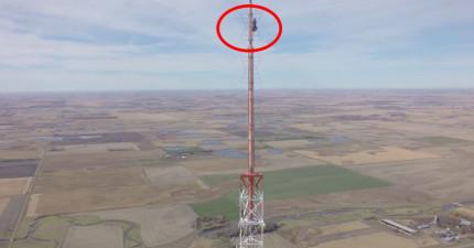 這名男子冒著生命危險爬上一個457公尺的高塔,其實就是在做一件拯救多人性命的事情。