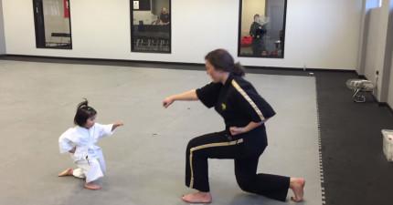 這名3歲跆拳道小妹妹會一拳把你的心融化掉!怎麼會可愛到這麼危險的地步?!
