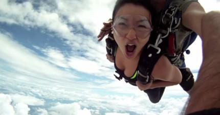 這個女遊客跟著教練高空跳傘,幾秒後飛機直接往他們衝去...