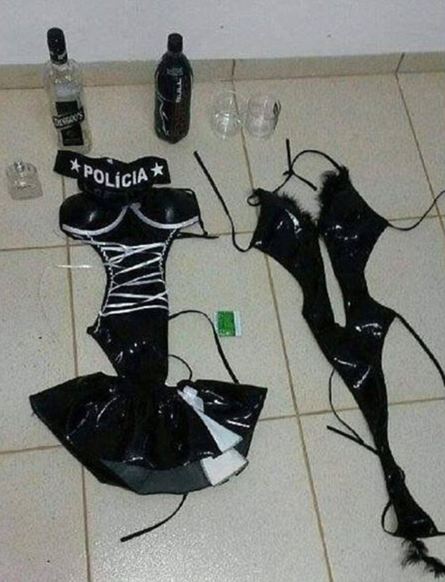 3名身穿性感警察服飾的女子進入監獄,做出比連續劇《越獄風雲》還誇張的事情幫殺人犯脫逃。