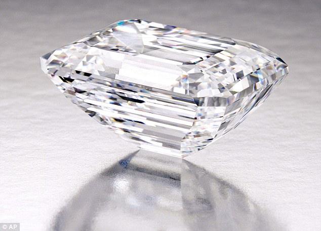 這顆清澈無色Type IIa的鑽石,是由戴比爾斯 (De Beers) 在南非所挖掘的,它的主人花了超過1年的時間研究、切割、拋光,將原本粗糙的鑽石打造成閃亮的模樣。