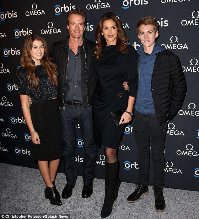 現在,她也是2個孩子的媽,分別是13歲的女兒Kaia和15歲的兒子Presley (重點是2個孩子都繼承了天使面孔的基因呀!)。