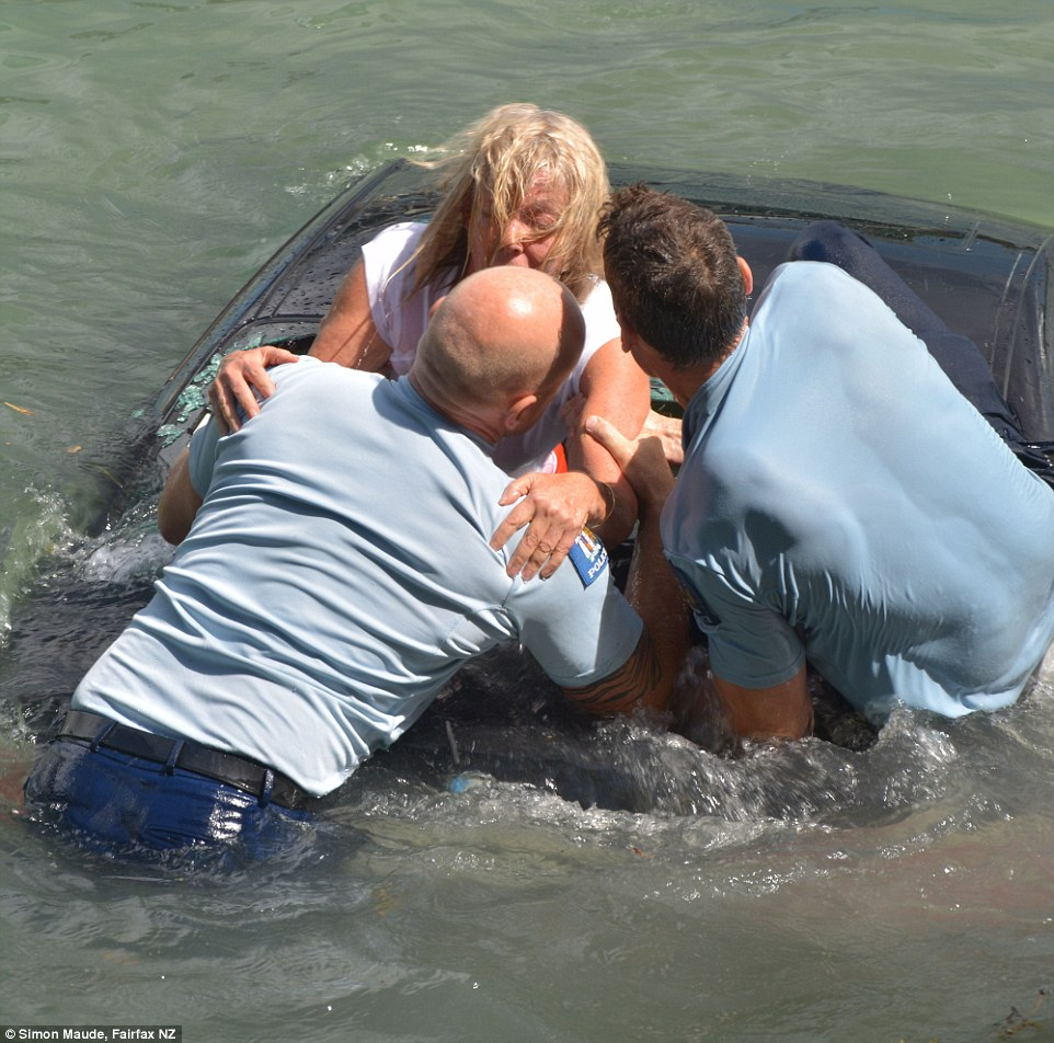 女子開車落入水中,在高速下沉溺水喪命之際,這2位英勇的警察跳入水中...