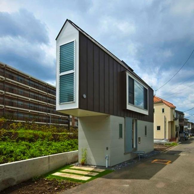 這棟房子是由水石浩太建築設計室(Mizuishi Architect Atelier)的建築師Kota Mizuishi所建造。這個位於日本東京杉並區的河畔住宅只有593平方公尺,它就建造在河流與道路所形成的超狹小銳角處。