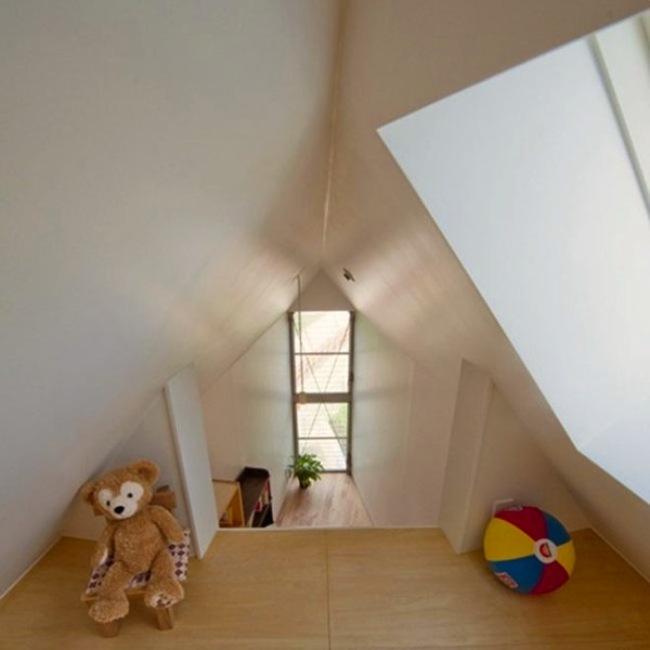 這裡可不只一層,隔層就是為了讓小孩有自己的空間可以玩耍。