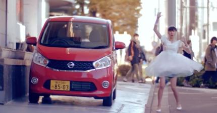 你能想像嗎?這些女生一碰到這台車子就會立刻變身。請注意:這影片中絕對沒有特效!