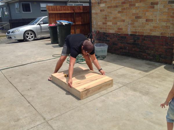 然後在頂部放上蓋板,並確保尺寸合不合。
