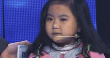 這個小女孩貌似只有6歲大,但其實身世悲悽的她可能都已經比你大了。