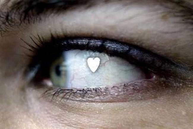 最近開始流行在眼珠子上動手腳,但這個看起來真的太痛了啦!