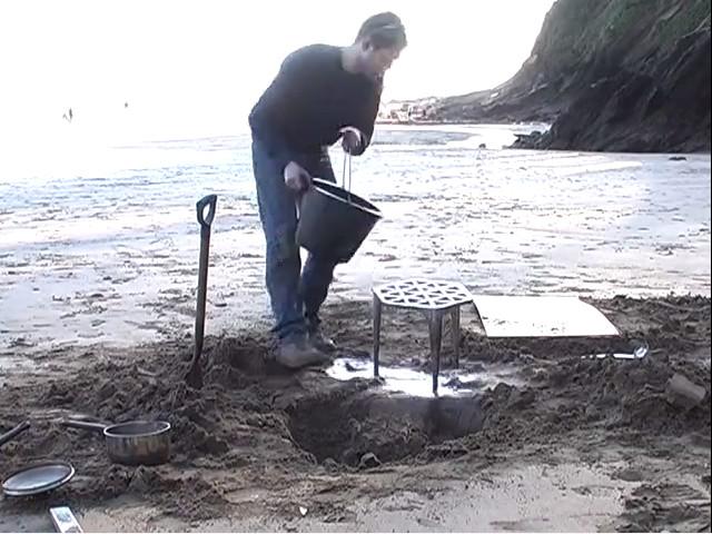 這位藝術家在沙灘上貌似隨意亂畫,但在倒入融化的金屬後...拿出來的精美完成品太讓人吃驚了!