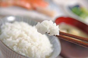 要怎麼把舊米煮成美味的新鮮白飯呢?其實只要丟冰塊進電鍋...