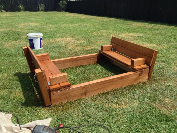 只要四塊木板就可以完成這個自製沙坑!這位叔叔實在是太聰明了!