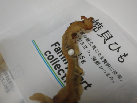 這名日本網友在吃全家買的一包炒扇貝時咬到了很值錢的東西。接著發生了搶購風潮!