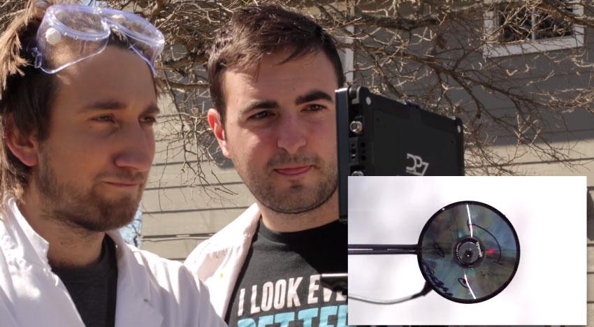 這兩個人把光碟炸掉時的影片放到超慢,結果太美了!