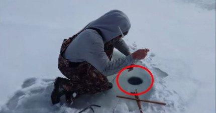 這兩人習慣在酷寒的冬天去冰上釣魚,但這次釣到的東西讓他們兩個都傻眼笑出來了!